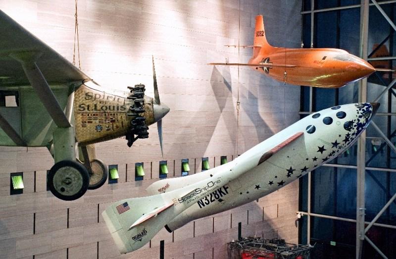 """Le SpaceShipOne exposé dans le bâtiment de la National Air and Space Museum sur le National Mall à Washington. Il se trouve entre le """"Spirit of Saint Louis"""" de Charles Lindbergh, à gauche, et le Bell X-1 de Chuck Yeager, en haut à droite. (Crédit: Image par Eric Long, National Air and Space Museum, Smithsonian Institution)"""