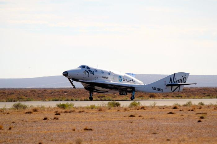 Atterrissage du SpaceShipTwo après son 54e vol d'essai le 4/10/14 (Credit: Scaled Composites / Jason DiVenere)