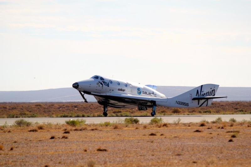 Atterrissage du SpaceShipTwo après son 54e vol d'essai le 4/10/14 (Credit: Scaled Composites / Jason DiVenere)