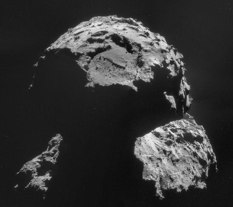 Le site d'atterrissage Agilkia est visible sur cette image de la comète 67P / Churyumov-Gerasimenko, prise le 6 Novembre. L'image est une mosaïque de quatre images de NavCam individuelles, capturée à une distance de 30,5 km du centre de la comète le 6 Novembre. A cette distance, l'échelle de l'image est de 2,6 m / pixel, et la mosaïque mesure 3.7 x 3.3 km. Le site d'atterrissage, couvrant environ 1 kilomètre carré, est situé à proximité du sommet de cette image. (© ESA / Rosetta / NavCam - CC BY-SA 3.0 IGO)