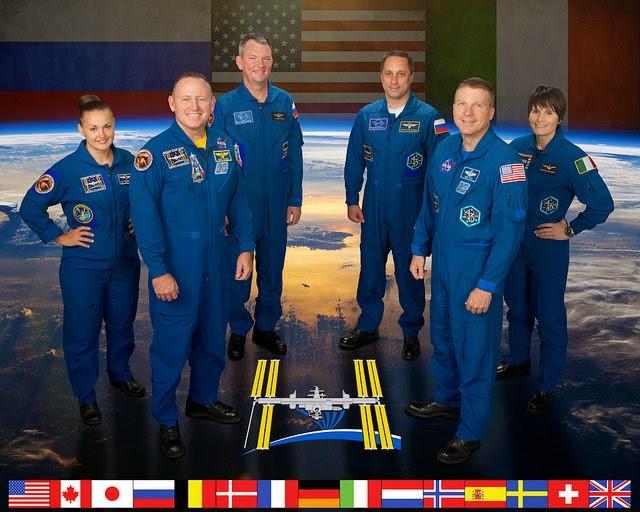 L'expédition 42/43 : sur la première ligne, les astronautes de la NASA Barry Wilmore (à gauche) et Terry Virts, Sur la photo de gauche (rangée arrière), les cosmonautes russes Elena Serova, Alexander Samoukutyaev et Anton Shkaplerov et l'astronaute de l'Agence spatiale européenne Samantha Cristoforetti. Crédit photo: NASA / Bill Stafford
