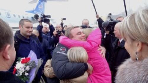 """A l'aérodrome de """"Star City"""", en Russie à la périphérie de Moscou, Max Suraev de l'Agence fédérale spatiale russe (Roskosmos) est accueilli par ses filles le 10 novembre quelques heures seulement après avoir atterri au Kazakhstan avec Alexander Gerst et Reid Wiseman de l'Expedition 41 dans leur vaisseau Soyouz TMA-13M. (Photo: NASA / Stephanie Stoll)"""