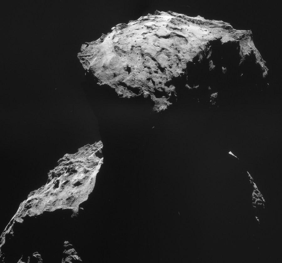 Cette mosaïque de quatre images NAVCAM prises le 30 octobre montre le site d'atterrissage de Philae alors que Rosetta était à 26,8 kilomètres du centre de la comète. La résolution d'image à cette distance est 2,27 m/pixel, et la mosaïque couvre 4,0 x 3,7 kilomètres. (© ESA/Rosetta/NAVCAM – CC BY-SA IGO 3.0)