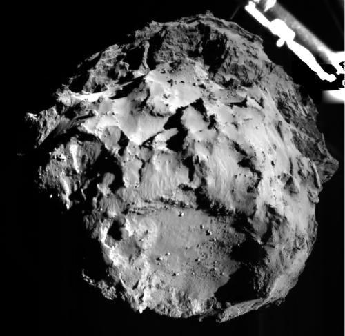 L'image montre la comète 67P / CG acquise par l'instrument Rolis sur l'atterrisseur Philae pendant la descente sur le 12 novembre 2014 14:38:41 UT à une distance d'environ 3 km de la surface. Le site d'atterrissage est imagée avec une résolution d'environ 3 m par pixel. (©4ESA / Rosetta / Philae / Rolis / DLR)