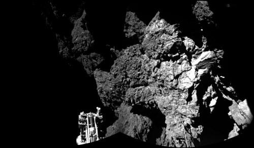 L'atterrisseur de Rosetta, Philae est en toute sécurité sur la surface de la comète 67P / Churyumov-Gerasimenko, ce que ces deux premières images de CIVA confirment. L'un des trois pieds de l'atterrisseur est visible au premier plan. L'image est une mosaïque de deux images. (© ESA / Rosetta / Philae / CIVA)