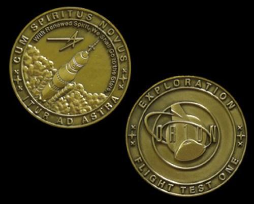 """Les médailles de Lockheed Martin sont inscrits avec la phrase latine """"Cum Spiritus Novus, Itur Ad Astra"""". Traduction : """"Avec un esprit renouvelé, nous irons vers les étoiles."""" (source CollectSPACE)"""