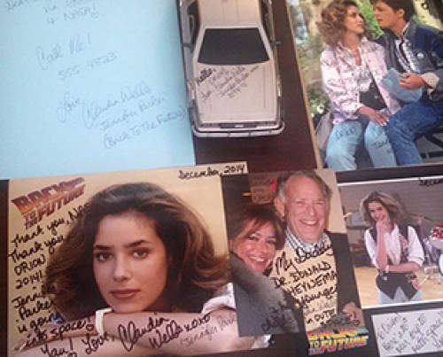 "L'actrice Claudia Wells' de ""Back to the Future"" a dédicacé des photos autographed photos et la voiture  miniature Delorean emportées à bord de l'Orion EFT-1. (source EIC - CollectSPACE)"