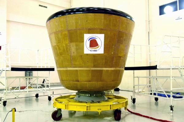 CARE en salle blanche avant son lancement (source ISRO)