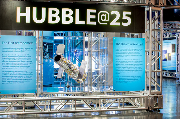 La nouvelle exposition Hubble@25 au Intrepid Sea, Air & Space Museum à New York célèbre le 25e anniversaire du télescope spatial en orbite (source space.com)