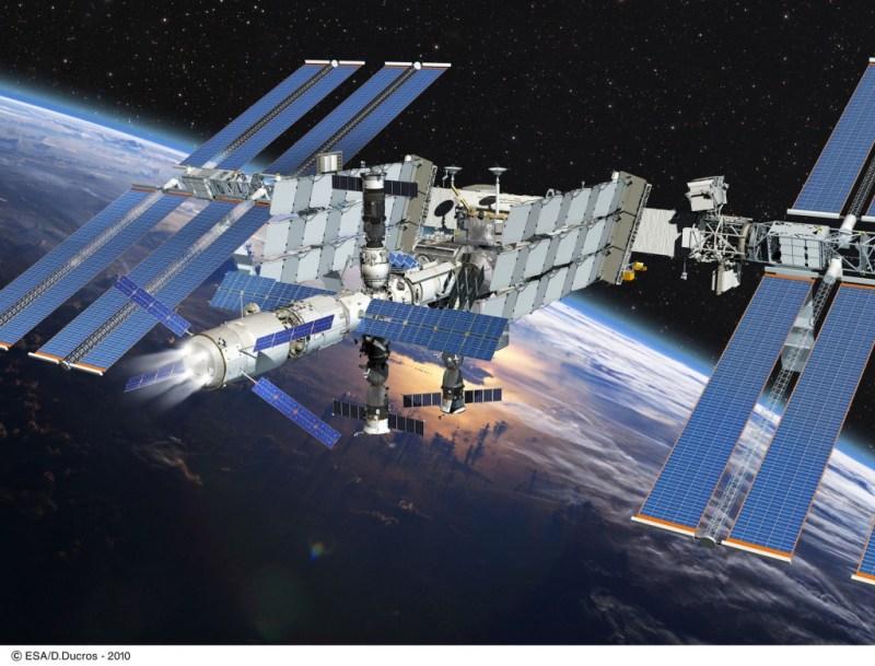 Vue d'artiste de l'allumage des moteurs de l'ATV pour reboost de l'ISS à une orbite plus élevée. (Crédit: ESA)