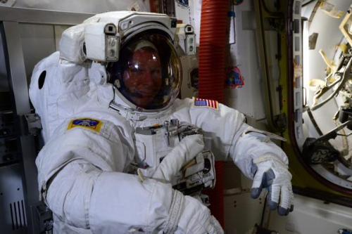 Terry Virst avec son scaphandre lors des préparatifs d'avant EVA (crédit NASA)