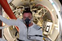 Pré-respiration 100% Oxygène avant l'EVA29, afin d'empêcher les problèmes auxquels les plongeurs peuvent être également confrontés (source Terry Virts via Twitter)