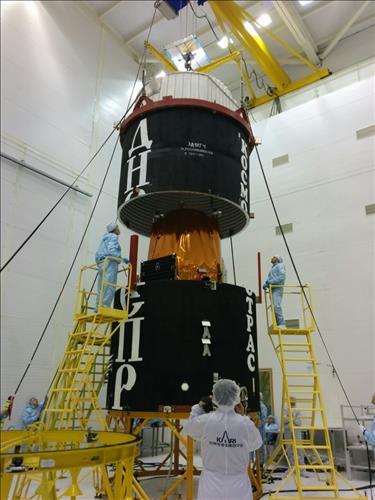 Mise sous coiffe du satellite KOMSAT-3A de la Corée du Sud sur le lanceur Dnepr avant son lancement à la base de lancement Yasny en Russie le 26 Mars 2015. (Credits KARI)