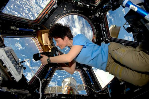 Samantha Cristoforetti dans la Cupola de l'ISS (credit NASA/ESA)