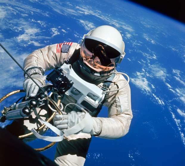 Edward White, le premier américain à faire une sortie spatial, photographié par James McDivitt lors de la mission Gemini 4 en Juin 1965 (credit NASA)