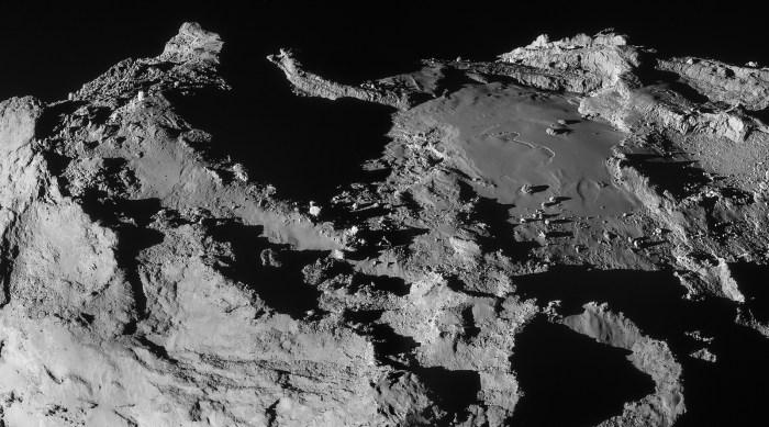 Mosaïque de deux images de la région Imhotep sur la comète 67P / Churyumov-Gerasimenko  à une distance de 19,9 km du centre de la comète le 28 Mars 2015. L'image a une résolution de 1,7 m / pixel et mesure 3.1 x 1,7 km. (©ESA/Rosetta/NAVCAM – CC BY-SA IGO 3.0)