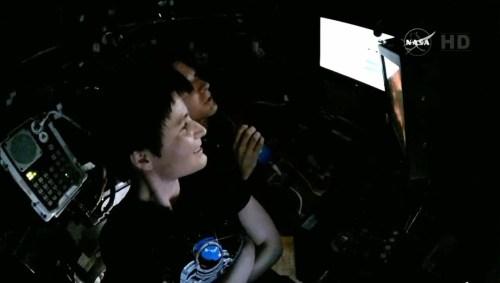 Samantha Crisotforetti et Terry Virts lorsque la capture du Dragon SpX6 a été confirmée (source NASA TV)