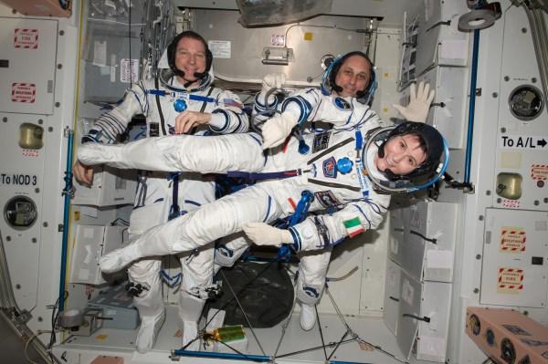 Terry Virts (à gauche) Anton Shkaplerov (à droite) et Samantha Cristoforetti testent le 6 Mai 2015 leur combinaison Sokol en préparation de leur retour sur Terre.