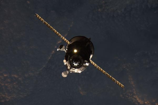 L'arrivée du cargo Progress M28-M le 05/07/15 photographiée depuis l'ISS par l'astronaute Scott Kelly (© NASA)