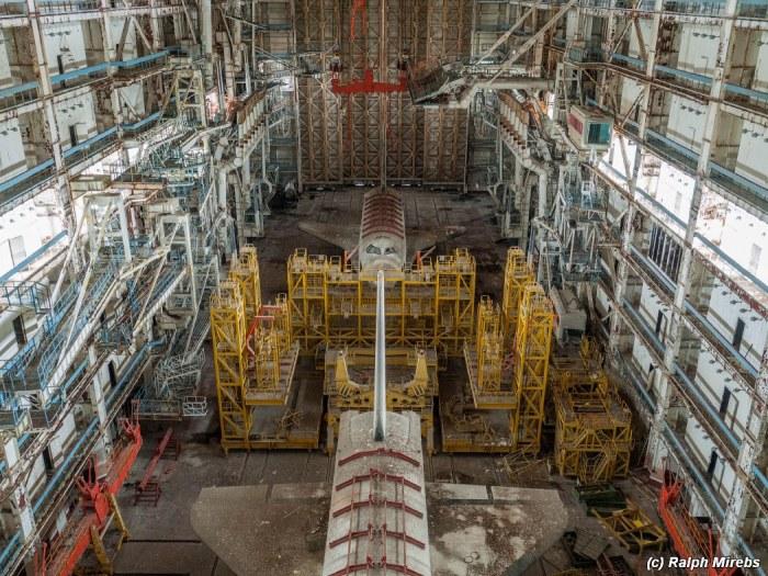 Buran, modèle de vol 1.02 et modèle de test OK-MT/ML-2 à Baikonour (Credit Raplh Mirebs)