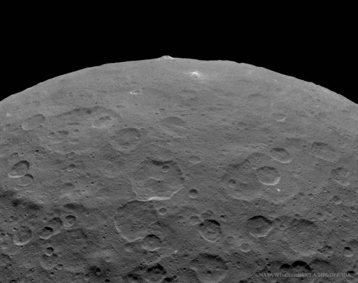 Une montagne de 5 km de haut a été observé sur Cérès par la sonde Dawn (Crédit d'image: NASA , JPL-Caltech , UCLA , MPS / DLR / IDA)