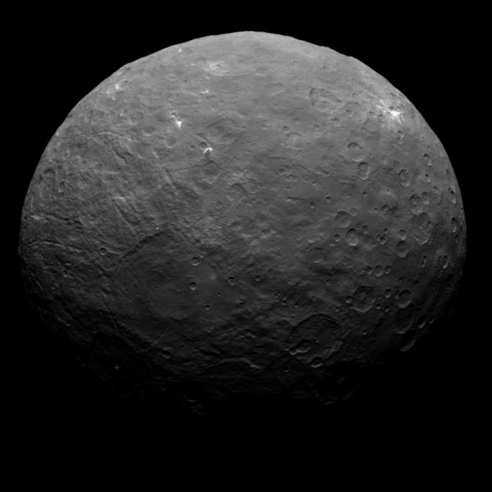 Cette image de Cérès est une partie d'une séquence prise par Dawn le 7 mai 2015, à une distance de 13600 kilomètres. ( Crédits NASA / JPL / UCLA / MPS / DLR / IDA / Emily Lakdawalla)