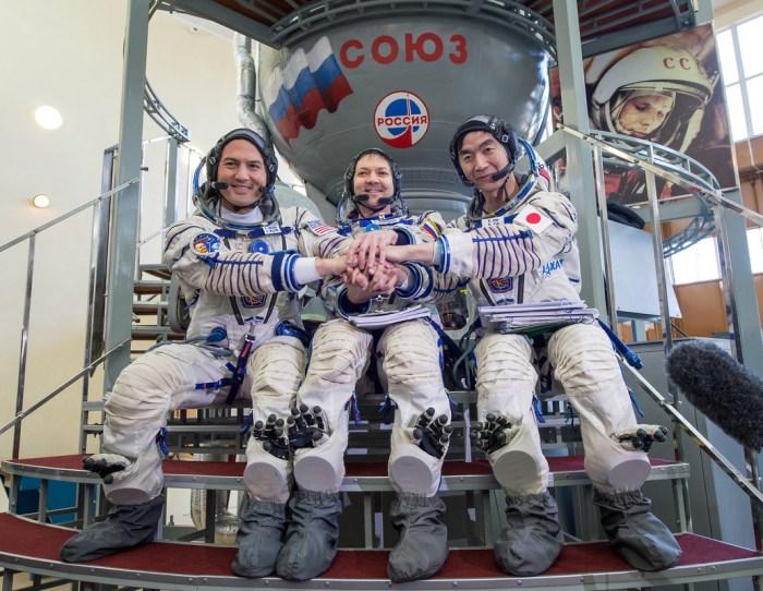 L'Expedition 44 en entrainement à la Cité des Etoiles en Russie devant un vaisseau Soyouz d'entrainement : (de gauche à droite) l'américain Kjell Lindgren, le russe Oleg Kononenko et le japonais Kimiya Yui (credit NASA)