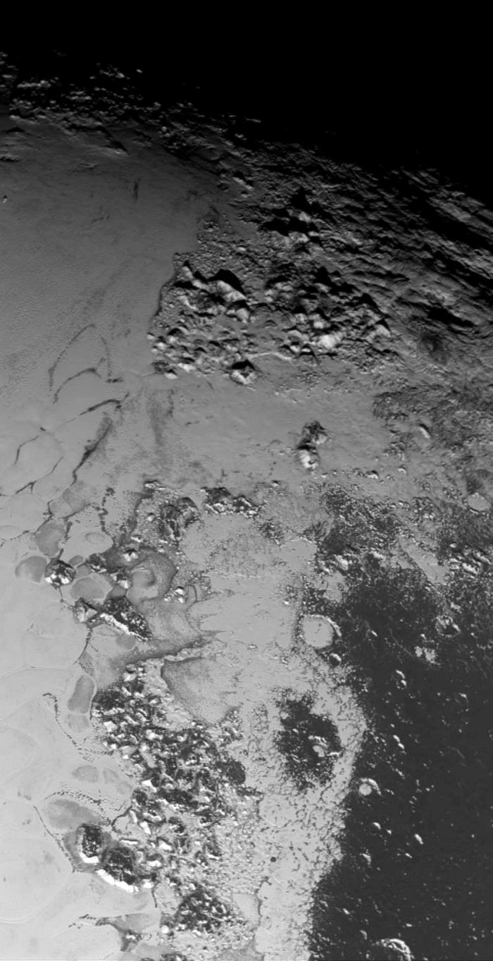 """Mosaïque de deux images prises au cours de survol  de Pluton par la sonde New Horizons, qui couvre la partie méridionale de Tombaugh regio, """"le coeur"""" de Pluton (Credits : NASA / JPL / JHUAPL / SwRI / Emily Lakdawalla)"""