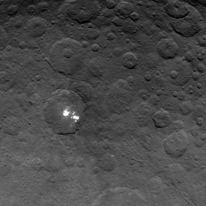 Les taches brillantes du cratère Occator sur la planète naine Cérès photographiées par la sonde Dawn de la NASA, le 6 Juin 2015, à une distance de 4400 km. La résolution est de 410 mètres par pixel. (Crédit image: NASA / JPL-Caltech / UCLA / MPS / DLR / IDA)