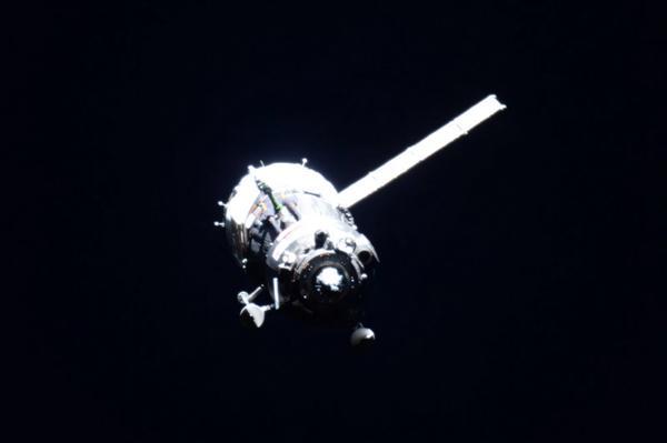 Le Soyouz TMA-17M en approche de l'ISS avec 1 seul panneau solaire déployé photographié par Scott Kelly depuis l'ISS (Credit NASA )