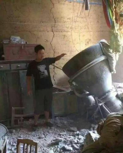 Débris de la fusée CZ-4 (moteur du premier étage ?) lancée le 27/08/15 retombé sur une maison dans la province Shaanxi en Chine (source @sinodefence)