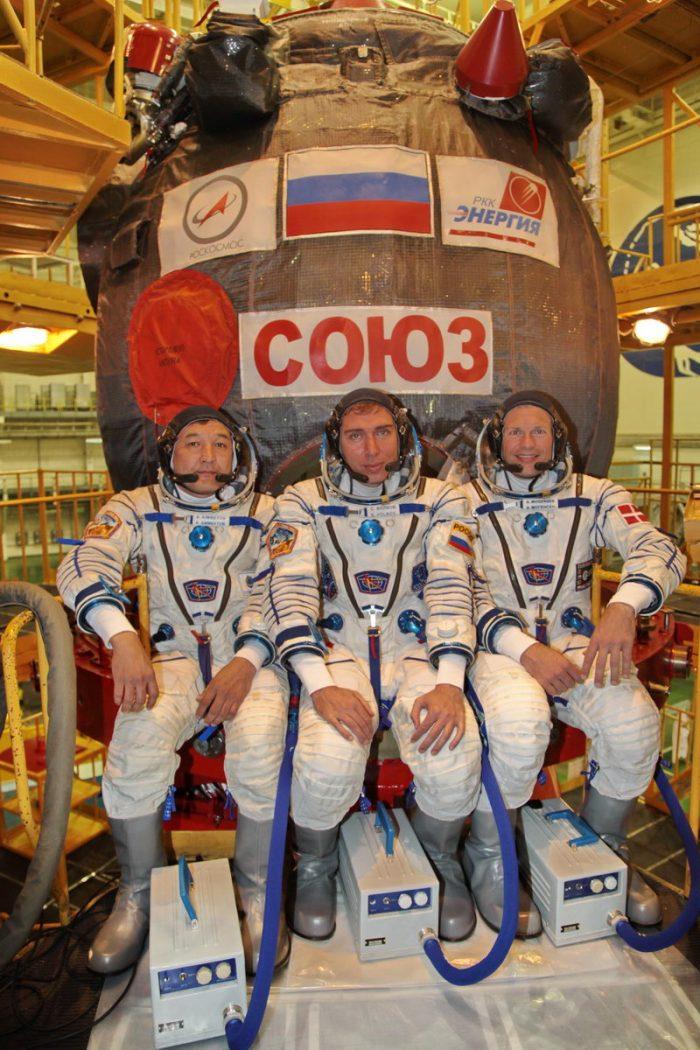De gauche à droite, Aidyn Aimbetov, Sergueï Volkov et Andreas Mogensen, devant leur vaisseau Soyouz TMA-18M à Baikonour lors des dernières vérifications avant lancement (Credit: Gagarin Cosmonaut Training Center)