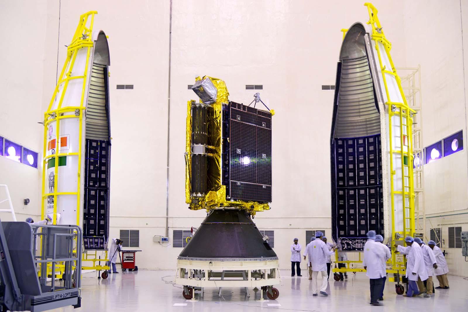 Gsat-6-mise-sous-coiffe-GSLV-ISRO