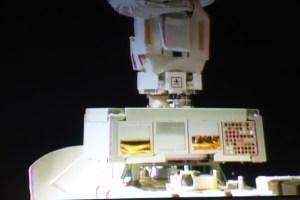 Mise en place de l'ExHAM-1 par le bras robotique JEM sur la plateforme d'exposition au vide spatial du module japonais Kibo (source Jaxa)