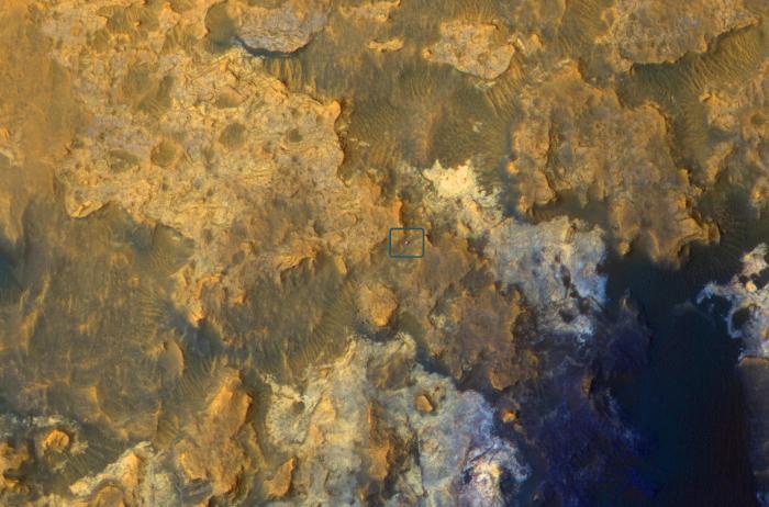 Image de Curiosity sur le sol martien prise par la caméra Hirise du satellite Mars Reconnaissance Orbiter le 8 avril 2015 ( Credit: NASA/JPL-Caltech/Univ. of Arizona)