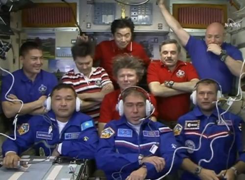9 hommes dans l'ISS avec l'arrivée du Soyouz TMA-18M le 4/09/15 (source NASA TV)