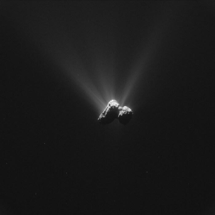 Cette image de la caméra de navigation de Rosetta de la comète 67P / Churyumov-Gerasimenko a été prise le 16 Août 2015, à une distance de 331 km du centre de la comète. L'image a une résolution de 28,2 m / pixel et mesure 28,9 km de large. (© ESA / Rosetta / NavCam - CC BY-SA 3.0 IGO)