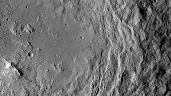 La sonde Dawn de la NASA a pris cette image qui montre une crête de montagne (coin inférieur gauche de l'image), qui se trouve dans le centre du cratère Urvara de Ceres. (Crédits: NASA / JPL-Caltech / UCLA / MPS / DLR / IDA)