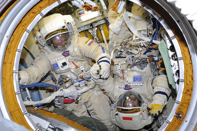 Gennady Padalka et Mikhail Kornienko se préparent pour la sortie spatiale EVA 41, 10.08.2015 (credit Roscosmos)