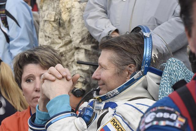 Gennady Padalka de retour sur terre après sa cinquième mission spatiale et 878 jours cumulés dans l'espace (Credit: ESA–Stephane Corvaja)