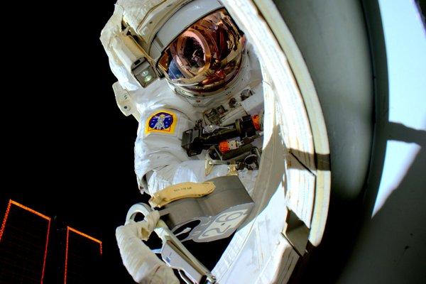 Scott Kelly lors de sa sortie spatiale (EVA 32) du 28/10/15 (credit NASA)