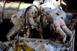 Scott Kelly et Kjell Lindgren (en scaphandre aux rayures rouges) lors de la sortie spatiale EVA 33 du 6/11/15 (Credits NASA)