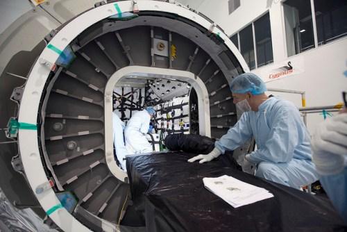 Des techniciens chargent la cargaison à l'intérieur du module pressurisé du cargo Cygnus OA-4; Photo prise le 20 octobre (Crédit: NASA / Dimitri Gerondidakis)