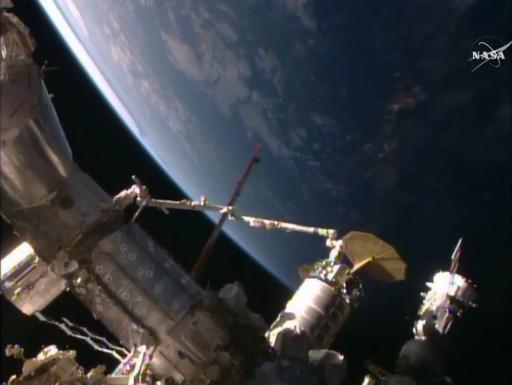 Le cargo Cygnus OA-4 a été agrippé par le bras robotique de l'ISS le 09/12/15 (source NASA TV)