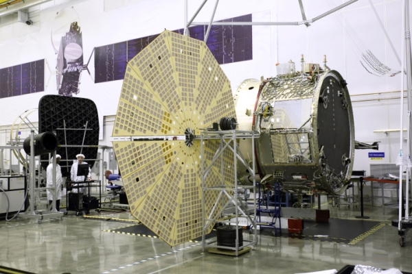 Le module de service (SM) du cargo Cygnus OA-4 lors des tests de déploiement de l'un de ses deux panneaux solaires UltraflexTM à Dulles, en Virginie dans l'usine de fabrication d'Orbital ATK (source Orbital)