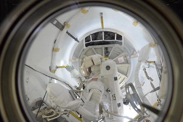"""Photo de Tim Peake : """"Quelle belle journée ! Beaucoup de travail afin que Tim Kopra et Scott Kelly sortent en toute sécurité et reviennent,mais ils ont été fantastiques."""" (credit ESA/NASA)"""