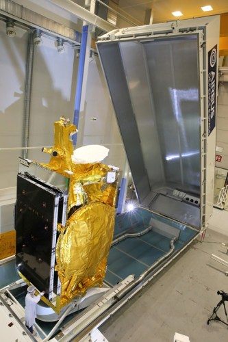 Le satellite Express AMU1 / Eutelsat 36C avant son expédition pour le lancement. (Crédit: Airbus Defense and Space)