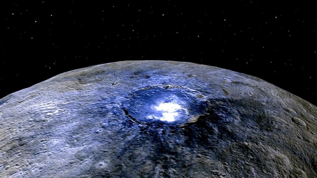 Cette représentation du cratère Occator de Ceres en fausses couleurs montre des différences dans la composition de la surface. Le rouge correspond à une plage de longueur d'onde d'environ 0,97 micromètres (proche infrarouge), vert à une gamme de longueur d'onde d'environ 0,75 micromètres (rouge, lumière visible) et bleu pour une gamme de longueurs d'onde d'environ 0,44 micromètres (bleu, lumière visible). Occator mesure environ 90 km de large. Les images ont été obtenues par la sonde Dawn de la NASA à une distance d'environ 4400 kilomètres (Credit NASA/JPL-Caltech/UCLA/MPS/DLR/IDA)