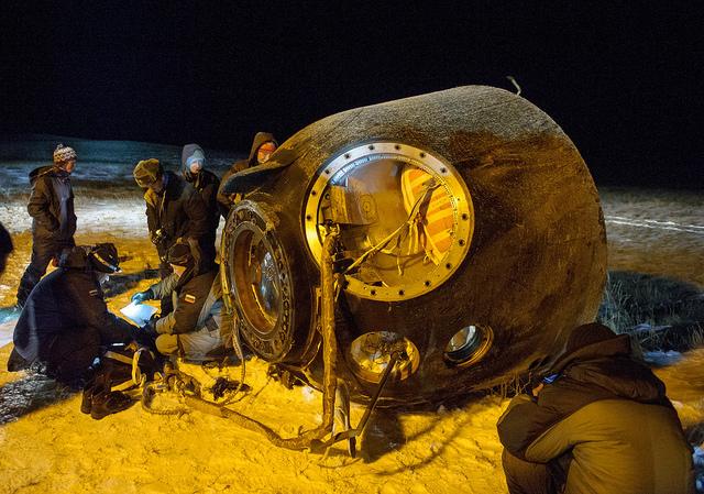 Le Soyouz TMA-17M après l'atterrissage et l'équipage extrait (Crédit photo: NASA / GCTC / Andrey Chelepine)