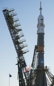 La Soyouz et le vaisseau Soyouz TMA-19M au sommet sur le pas de tir du Cosmodrome de Baïkonour, pour un décollage au 15/12/15 (credit NASA)